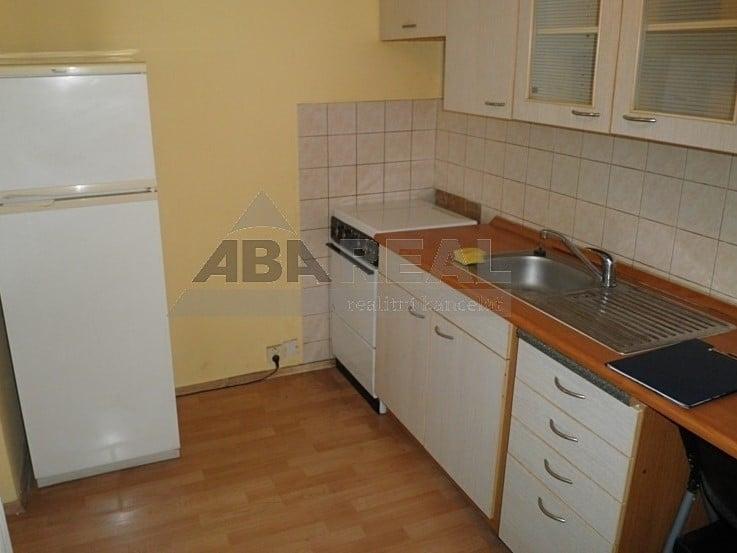 למכירה דירת 1+1 בגודל 35 מר בשכונת ליבן בפראג 9 (2)