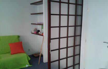 """דירת חדר ענקית למכירה בפראג 5, 40 מ""""ר עם מרפסת יפהפיה"""