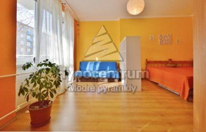 למכירה דירה עם מרפסת בפראג 10 ליד הקניון