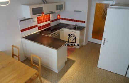 למכירה דירת 2 חדרים יפה ומרווחת בפראג 9